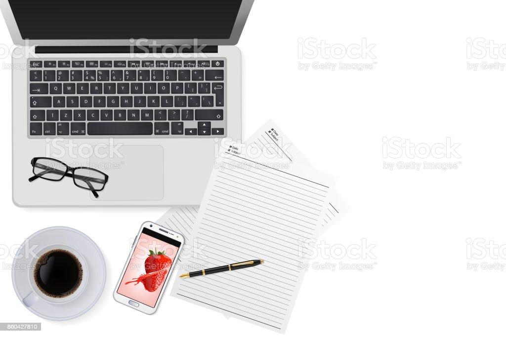 Vue de dessus bureau de travail avec ordinateur portable café noir