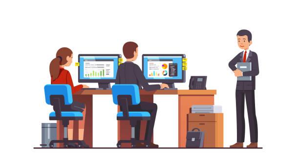 두 기업의 비즈니스 분석가 직원 남자 그리고 여 자가 그들의 책상에 앉아 pc의를 사용 하 여 데이터 차트 작업. 관리자 관리자는 그들을 보고입니다. 평면 스타일 고립 된 벡터 - 단정한 사무복 stock illustrations