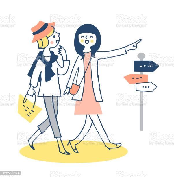 Due Giovani Donne Che Camminano Fianco A Fianco In Città - Immagini vettoriali stock e altre immagini di Adulto