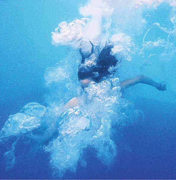 ilustrações de stock, clip art, desenhos animados e ícones de vista subaquática de menina asiática saltar na piscina - jump pool, swimmer