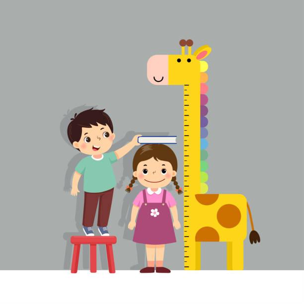 stockillustraties, clipart, cartoons en iconen met de illustratie leuke beeldverhaaljongen die hoogte van meisje meten met girafhoogtegrafiek op de muur meet. - lang lengte