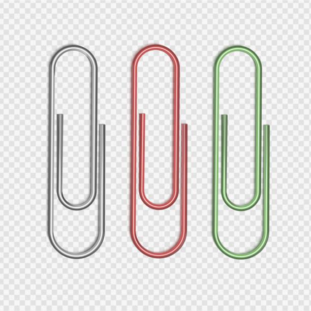 투명 한 바탕에 종이 조각에 연결 된 은색, 빨간색과 녹색 종이 클립의 벡터 그림. - 종이 클립 stock illustrations
