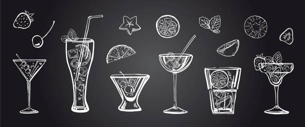 vektor-gliederung hand gezeichnete illustration mit verschiedenen cocktails, früchten und minze blätter auf tafel hintergrund - kreide weiss stock-grafiken, -clipart, -cartoons und -symbole