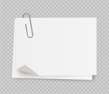 Vektor Realistische Weißen Notizpapier Mit Büroklammer Auf Transparenten Hintergrund Stock Vektor Art und mehr Bilder von Bewegungsaktivität