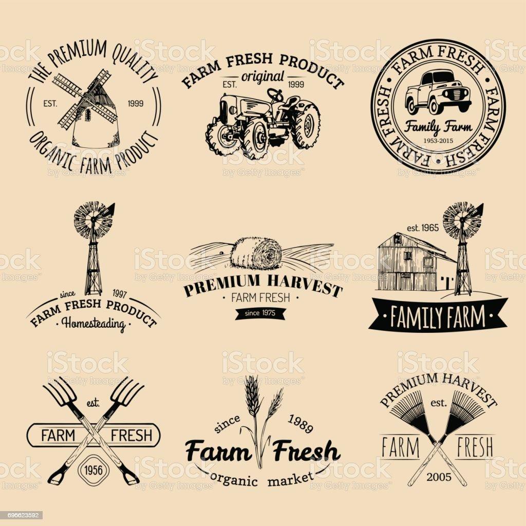 Vector retrô conjunto de emblemas fresco de fazenda. Distintivos de produtos orgânicos. Sinais de comida de eco. Esboçado ícones de equipamentos agrícolas. - ilustração de arte em vetor
