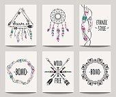 ベクトルは矢印、ドリーム キャッチャー、羽フレームと抽象的な民族チラシのセット。自由奔放に生きるデザイン パンフレットのテンプレート。近代的なカラフルな部族の背景。