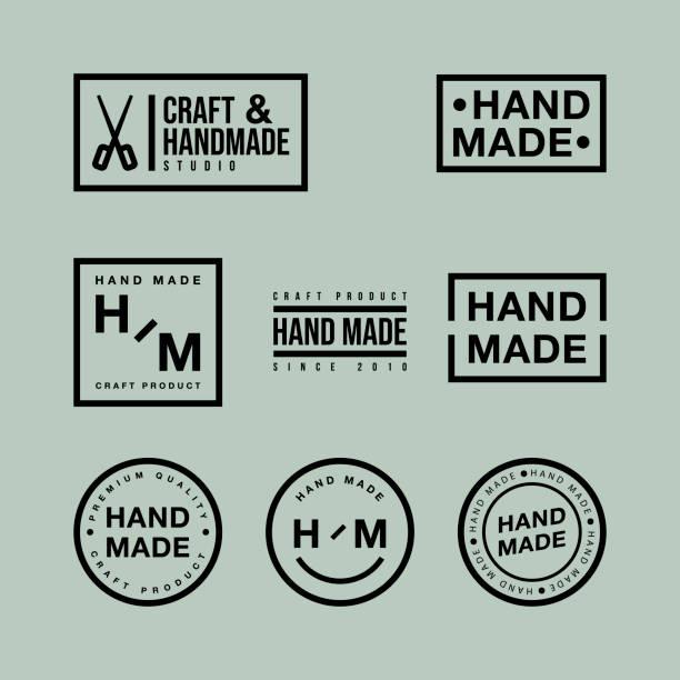 wektorowy zestaw plakietek liniowych i elementów logo do ręcznie wykonanych w płaskiej obudowie na zielonym tle - pieczęć znaczek stock illustrations