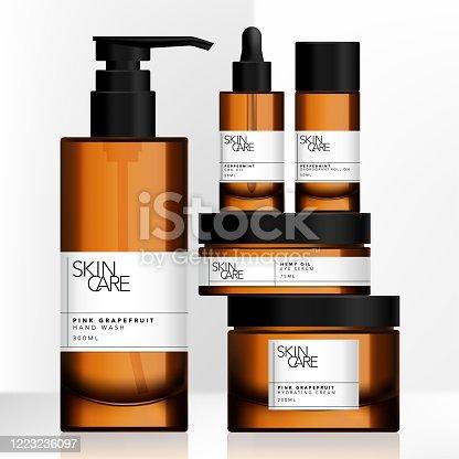 Vector teñido de vidrio marrón o tarro de plástico, botella de bomba, paquete de botella gotero conjunto con diseño de etiqueta de envoltura minimalista alrededor