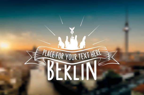 vintage berlin vektor-label auf verschwommene sonnenuntergang skyline - berlin brandenburger tor blurred stock-grafiken, -clipart, -cartoons und -symbole