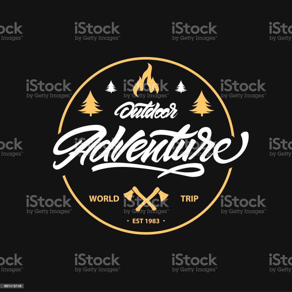 Vintage camping, emblème de l'aventure en plein air. Inscription avec la hache et le feu de joie. Étiquette rétro de vecteur. modèles de conception de symbole - Illustration vectorielle