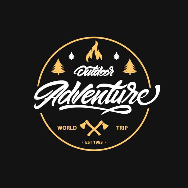 Jahrgang camping, outdoor-Abenteuer-Emblem. Schriftzug mit Axt und Feuer. Vektor-Retro-Label. Symbol-Design-Vorlagen – Vektorgrafik
