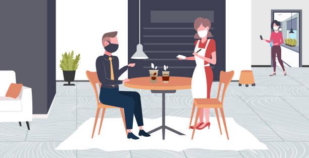 kellnerin nimmt auftrag von kunden in maske zu verhindern epidemie mers-cov wuhan 2019-ncov pandemie gesundheit risiko konzept café interieur in voller länge horizontal - restaurant stock-grafiken, -clipart, -cartoons und -symbole