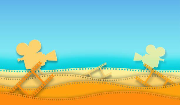 illustrations, cliparts, dessins animés et icônes de bande de film d'onde et projecteur de film d'isolement sur le fond coloré. fermez-vous vers le haut de la vue pour l'affiche de cinéma de mise en page de conception, bannière, dépliant. template cinéma avec de l'espace pour votre texte. style abstrait - camera sculpture