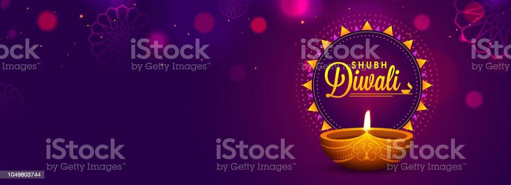 Conception de site Web en-tête ou une bannière avec lampe à l'huile réalistes sur fond violet pour la célébration de la fête de Diwali. - Illustration vectorielle