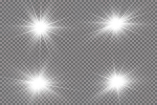 투명한 배경에서 흰색 으로 빛나는 빛이 폭발합니다. 광선과 함께. 투명 빛나는 태양, 밝은 플래시. 밝은 플래시의 중심입니다. - 카메라 플래시 stock illustrations