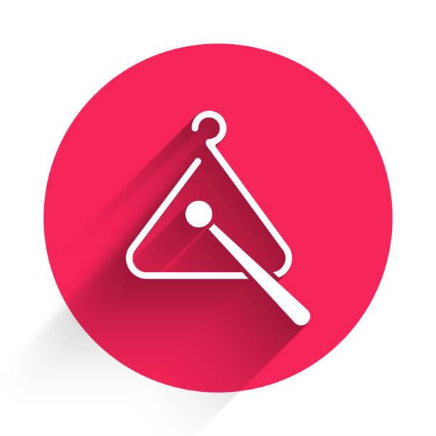 bildbanksillustrationer, clip art samt tecknat material och ikoner med vit triangel musikinstrument ikon isolerad med lång skugga. knappen röd cirkel. vektor illustration - triangel slagverksinstrument