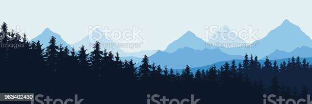 Panoramowa Wektorowa Realistyczna Ilustracja Górskiego Krajobrazu Z Lasem Pod Błękitnym Niebem Z Chmurami - Stockowe grafiki wektorowe i więcej obrazów Góra