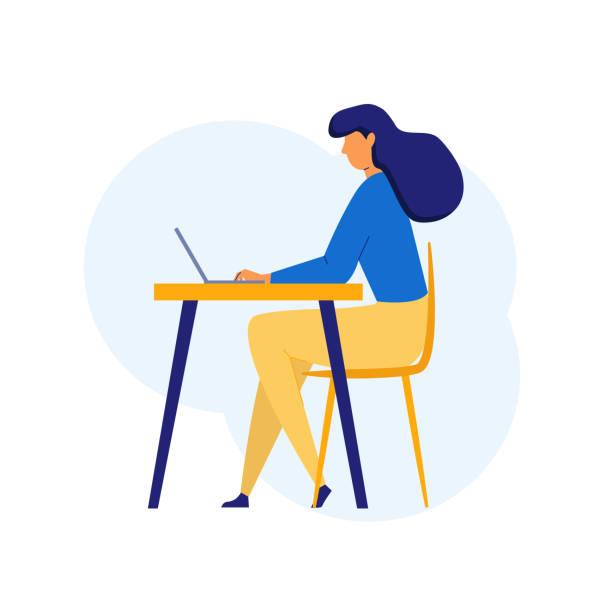 Mujer en estilo plano sentado en la mesa usando computadora, Laptop en el lugar de trabajo. Concepto de mujer Freelancer. Mujer estudiante estudiando - ilustración de arte vectorial