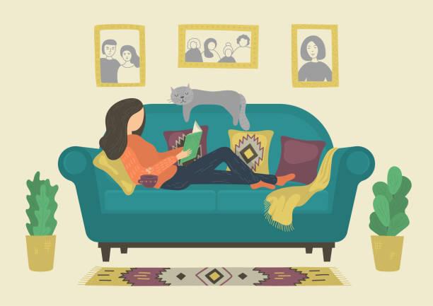frau liest ein buch auf dem sofa - wohnzimmer gemütlich stock-grafiken, -clipart, -cartoons und -symbole