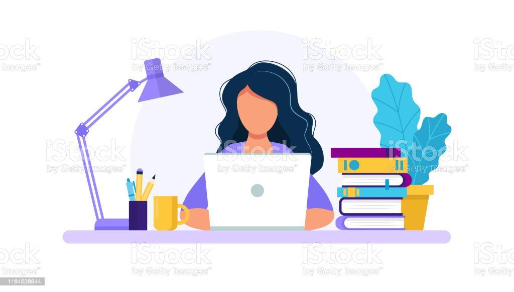 有筆記本電腦、學習或工作理念的女性。桌上有書、燈、咖啡杯。平面樣式中的向量插圖 - 免版稅互聯網圖庫向量圖形
