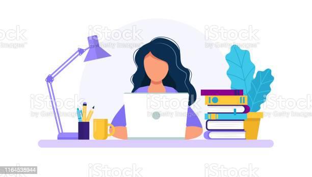 有筆記本電腦學習或工作理念的女性桌上有書燈咖啡杯平面樣式中的向量插圖向量圖形及更多互聯網圖片