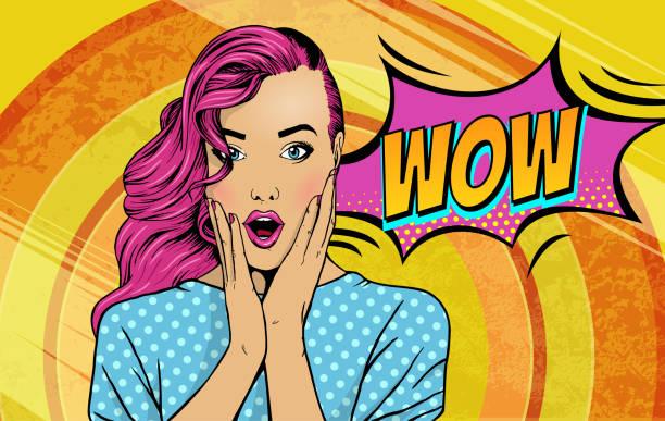 ilustraciones, imágenes clip art, dibujos animados e iconos de stock de wow la cara de arte pop. sexy mujer sorprendida con cabello rosado y abrir la boca con wow inscripción en reflexión. fondo colorido vector en estilo de comic retro del arte pop. - moda de mujer