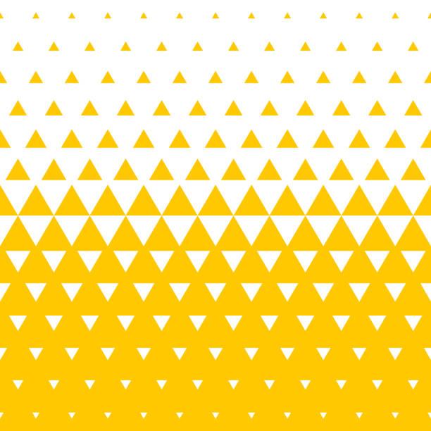 stockillustraties, clipart, cartoons en iconen met gele en witte driehoekige halftone overgang patroon achtergrond. vector abstracte naadloze patroon van onregelmatige gradatie driehoeken in mozaïek textuur achtergrondontwerp - driehoek