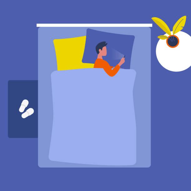 ベッドの中でスマートフォンで横たわっている若い男性のキャラクター.ソーシャルメディア。ミレニアル世代不眠 症。トップビュー。インテリアデザイン。フラット編集可能ベクトルイラ� - スマホ ベッド点のイラスト素材/クリップアート素材/マンガ素材/アイコン素材