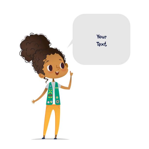 stockillustraties, clipart, cartoons en iconen met jonge glimlachende afro-amerikaanse meisje scout gekleed in uniform met badges en patches en spraak zeepbel met plaats voor tekst geïsoleerd op witte achtergrond. vrouwelijke scouter, lid van de troep, spreker. - curly brown hair