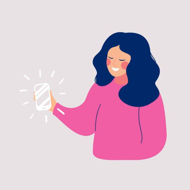 junge lächelnde frau macht selfie-foto auf dem smartphone - frau handy stock-grafiken, -clipart, -cartoons und -symbole