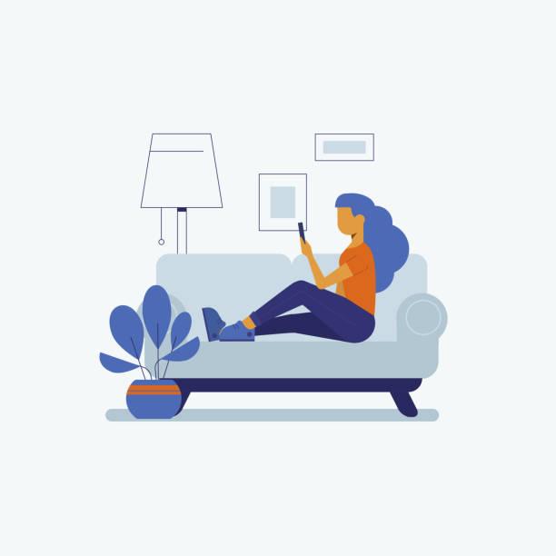 junge frau auf dem sofa mit smartphone-vektor-illustration im flachen stil. - frau handy stock-grafiken, -clipart, -cartoons und -symbole