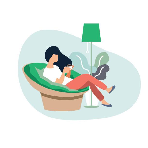 ilustraciones, imágenes clip art, dibujos animados e iconos de stock de joven mujer sentada en la silla moderna relajarse en su sala de estar, beber café o té. personaje de dibujos animados de ilustración vectorial - comfortable