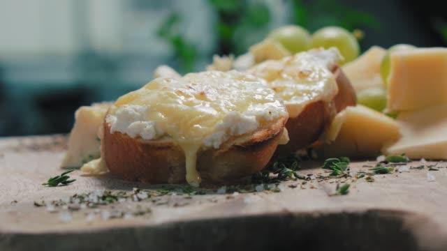 delicious cheese sandwich - gotowy do jedzenia filmów i materiałów b-roll