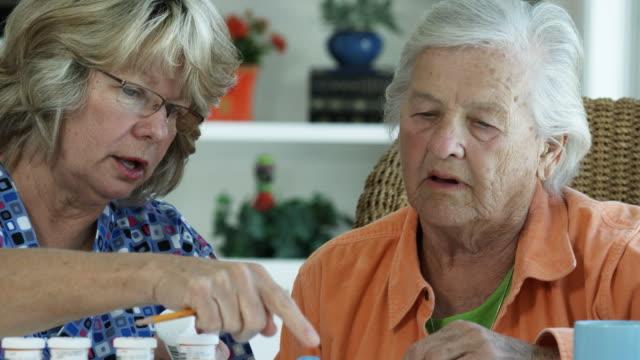 高齢者の女性や医薬品-1080HD ビデオ