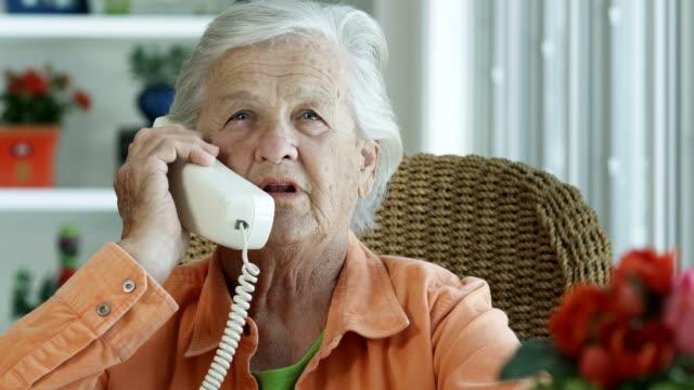vídeos de stock e filmes b-roll de idosos mulher a falar ao telefone - 1080hd - old lady