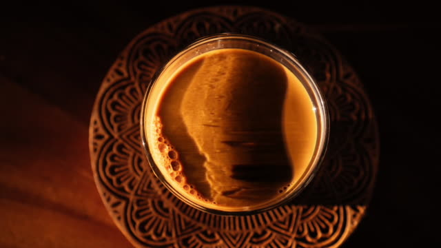 vídeos de stock e filmes b-roll de make better coffee latte - coffee table