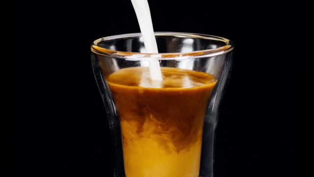 machen sie besser kaffee latte - milchkaffee stock-videos und b-roll-filmmaterial