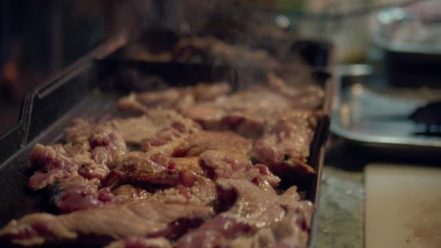 stockvideo's en b-roll-footage met bbq ribs op grill - foodtruck