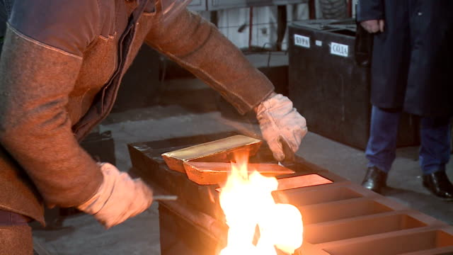 stockvideo's en b-roll-footage met металлургия золотых слитков - goudstaaf