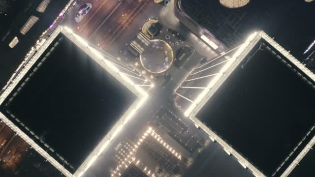 overhead luft flug über wolkenkratzer dächer, stadtlandschaft - straßenkreuzung videos stock-videos und b-roll-filmmaterial