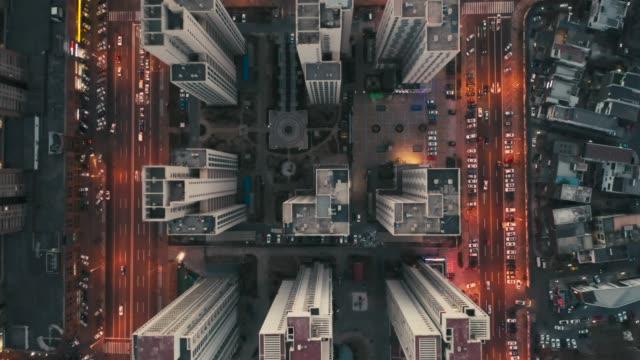 오버 헤드 공중 비행, 지붕 위에 도시의 풍경 - 패닝 스톡 비디오 및 b-롤 화면