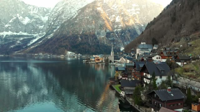 SMALL ALPINE VILLAGE OF HALLSTATT BY THE HALLSTATTER LAKE