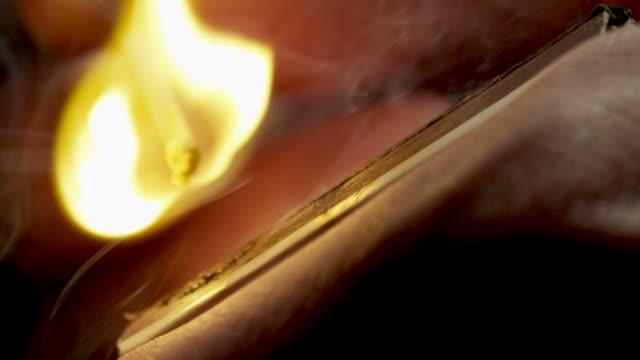 partita in legno illuminato-rallentatore - 1080hd - incendio doloso video stock e b–roll
