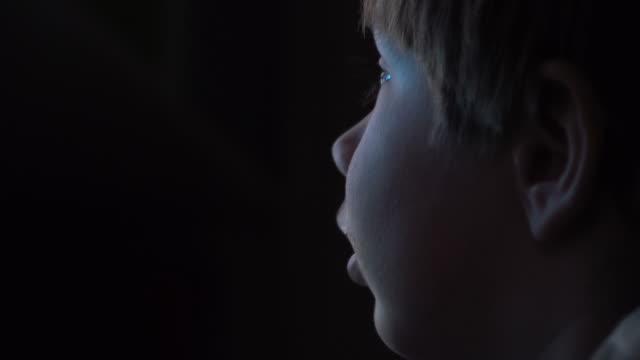 giovane ragazzo guardando cartoni animati su un computer - 20 o più secondi video stock e b–roll