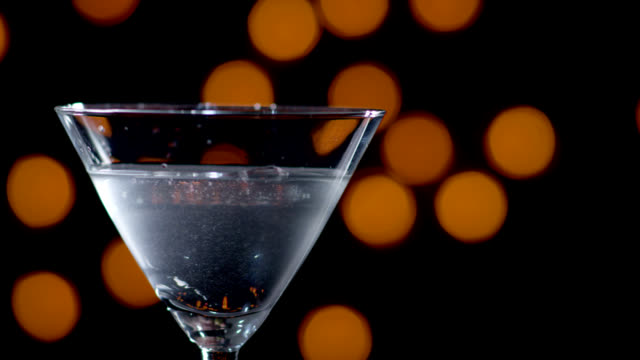 stockvideo's en b-roll-footage met martini being poured-slow motion - martini