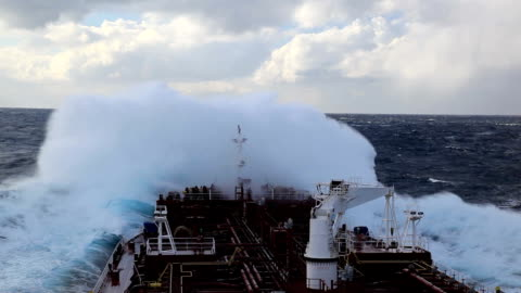 vidéos et rushes de storm - navire