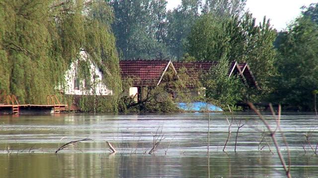 view of flooded houses - sırbistan stok videoları ve detay görüntü çekimi