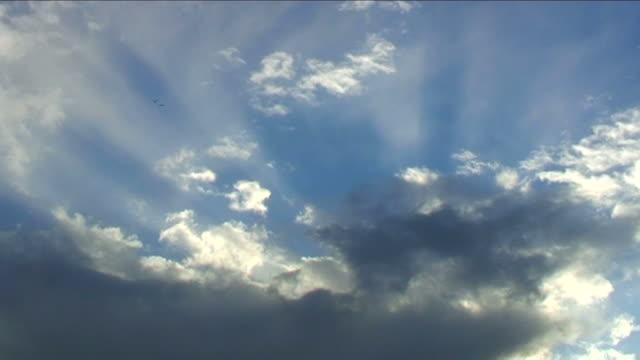 sun rays through clouds - kabarık stok videoları ve detay görüntü çekimi