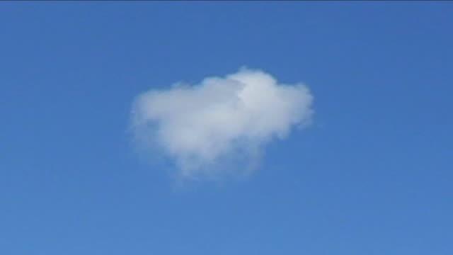 single cloud - kabarık stok videoları ve detay görüntü çekimi