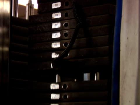 vídeos de stock, filmes e b-roll de pesos se movendo para cima e para baixo - comodidades para lazer